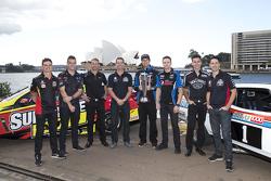 V8 Supercars pilotları Tim Slade, Scott McLaughlin, Will Davison, Craig Lowndes, Chaz Mostert, Mark Winterbottom, Rick Kelly ve Jamie Whincup