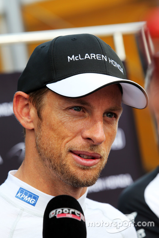 Jenson Button, McLaren bersama the media