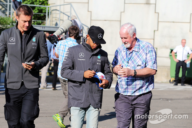Lewis Hamilton, Mercedes AMG F1 signs autographs for the fans