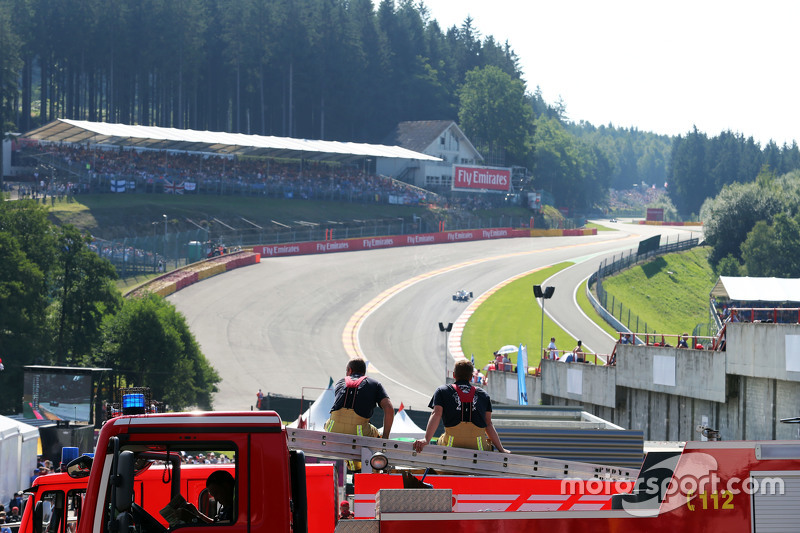 Due vigili del fuoco osservano l'azione alla curva Eau Rouge  22.08.2015. Formula 1 World Championship, Rd 11, Belgian Grand Prix, Spa Francorchamps, Belgio, Qualifiche.  - www.xpbimages.com, EMail: requests@xpbimages.com - copy of publication required for printed pictures. Every used picture is fee-liable. © Copyright: Moy / XPB Images