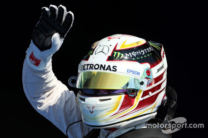 Lewis Hamilton, Mercedes AMG F1 merayakan his pole position in parc ferme