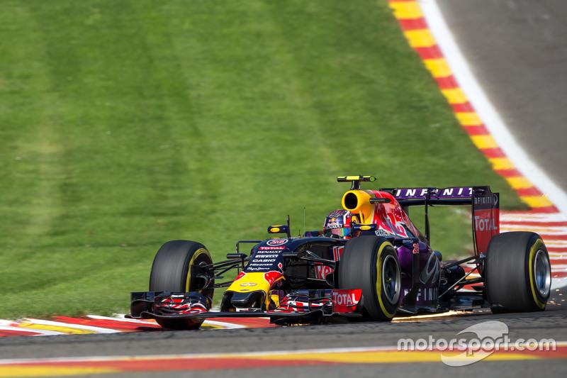 Daniil Kvyat, Red Bull Racing RB11 sends sparks flying