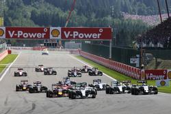 Льюис Хэмилтон, Mercedes AMG F1 W06 лидирует на старте