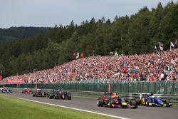 Daniil Kvyat, Red Bull Racing RB11 and Marcus Ericsson, Sauber C34 at the start of the race