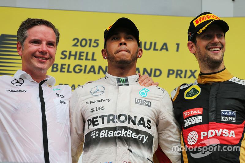 podium,: juara balapan Lewis Hamilton, Mercedes AMG F1 bersama peringkat ketiga Romain Grosjean, Lotus F1 Team di podium
