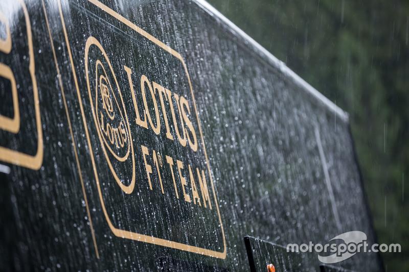 Lotus F1 Team трак та лого в післягоночному дощі