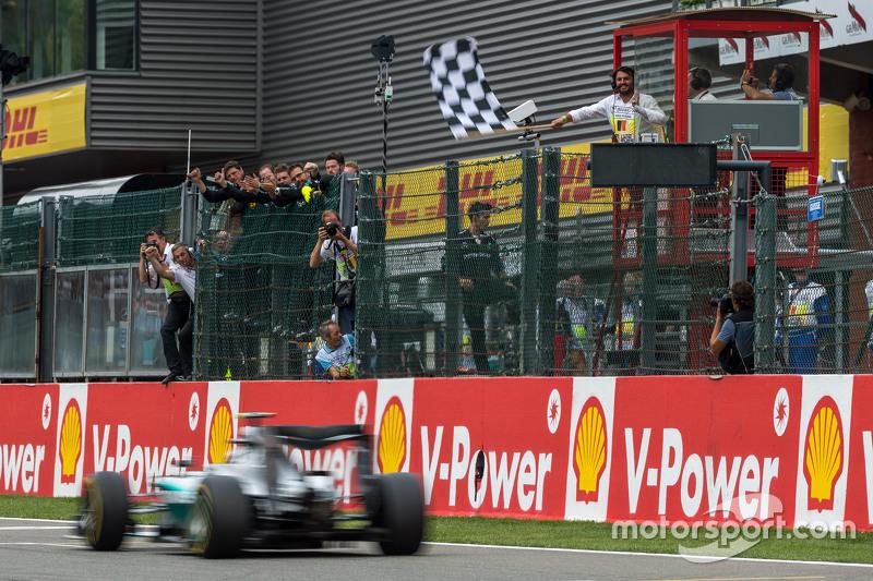 Ніко Росберг, Mercedes AMG F1 проїжджає під клітчастий прапор на завершенні гонки