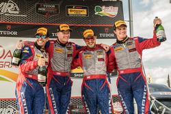 El segundo puesto # 9 Stevenson Motorsports Chevrolet Camaro Z / 28.R: Lawson Aschenbach, Matt Bell