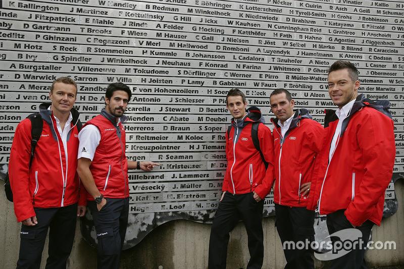 Andre Lotterer, Benoit Tréluyer, Marcel Fassler, Lucas di Grassi, Oliver Jarvis, Audi Sport Team Joest memeriksa wall of legend