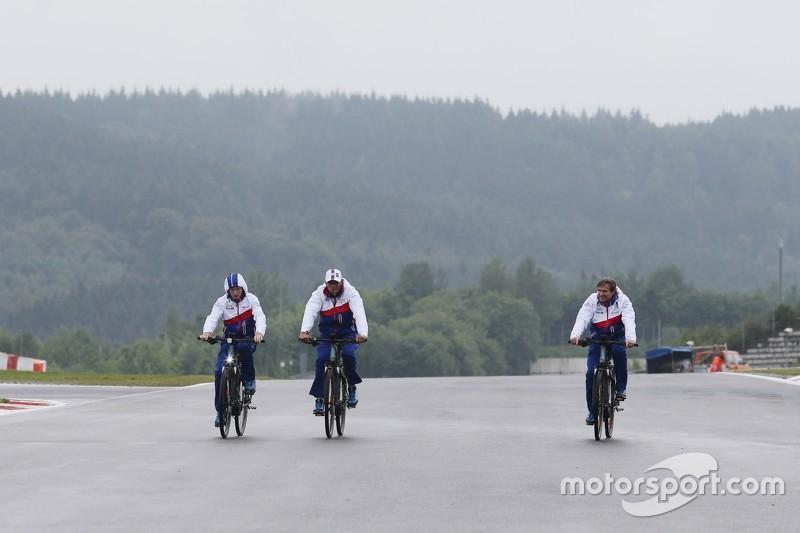 Para pembalap Toyota Racing memutari trek