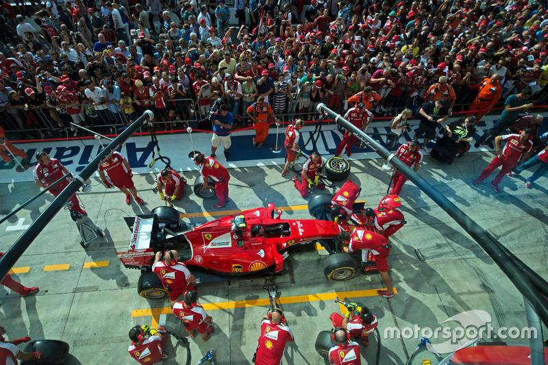 Ferrari práctica una parada en pits