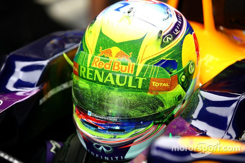 Daniel Ricciardo, Red Bull Racing RB11 con macha de pintura en su casco