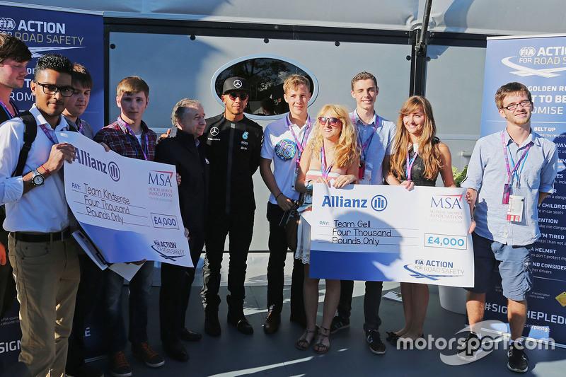 Jean Todt, FIA-Präsident, und Lewis Hamilton, Mercedes AMG F1, machen Werbung für eine FIA-Kampagne