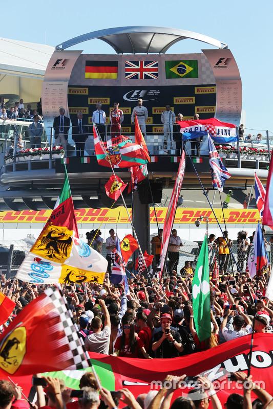 Het podium: Sebastian Vettel, Ferrari, tweede; Lewis Hamilton, Mercedes AMG F1, winnaar; Felipe Massa, Williams, derde