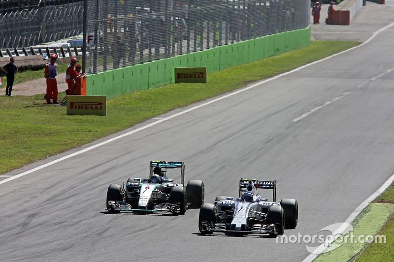Valtteri Bottas, Williams FW37, und Nico Rosberg, Mercedes AMG F1 W06, im Zweikampf