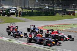 Даниэль Риккардо, Red Bull Racing RB11 и Уилл Стивенс, Manor Marussia F1 Team во время старта
