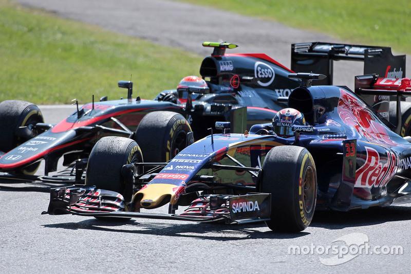 Max Verstappen, Scuderia Toro Rosso STR10 ve Jenson Button, McLaren MP4-30 pozisyon için mücadele ediyor