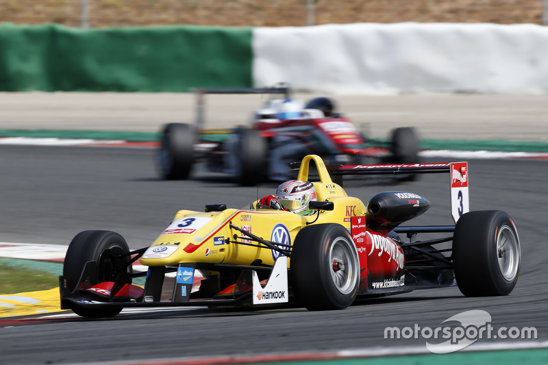 Antonio Giovinazzi, Jagonya Ayam with Carlin Dallara Volkswagen; Nick Cassidy, Prema Powerteam Dalla