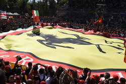 Un drapeau Ferrari géant