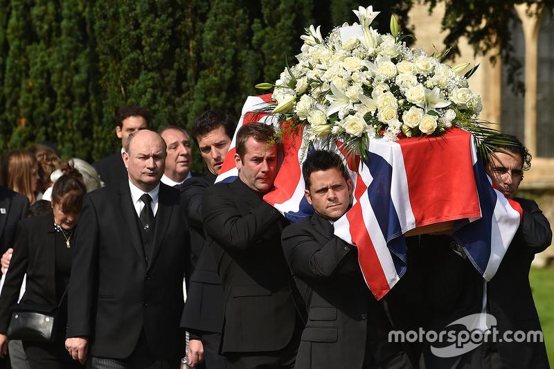 Mark Webber und Dario Franchitti tragen den Sarg von Justin Wilson während der Beerdigung