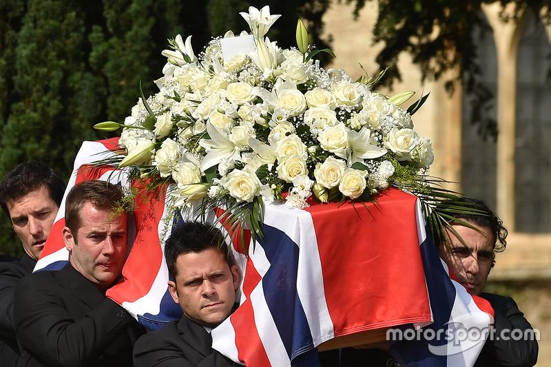 Mark Webber y Dario Franchitti ayudan a llevar el ataúd de Justin Wilson durante el funeral