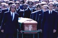 Emerson Fittipaldi, Jackie Stewart, Johnny Herbert, Derek Warwick, Gerhard Berger, Rubens Barrichello, Thierry Boutsen, Alain Prost y Damon Hill ayudan a llevar el ataúd de Ayrton Senna durante el cortejo fúnebre