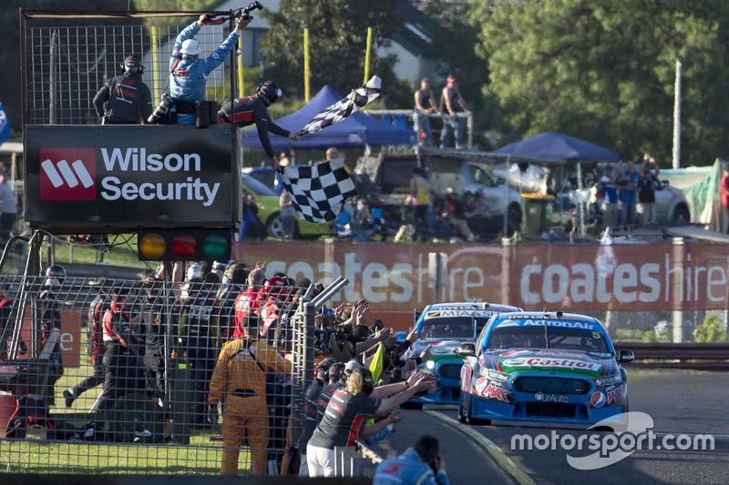 Марк Вінтерботтом та Стів Оуен, Prodrive Racing Australia Ford пересікає фінішну лінію виграє гонку