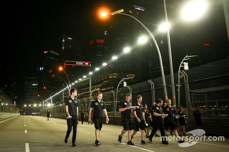 Jolyon Palmer, Lotus F1 Team, Test- und Ersatzfahrer, mit Romain Grosjean, Lotus F1 Team, beim Track