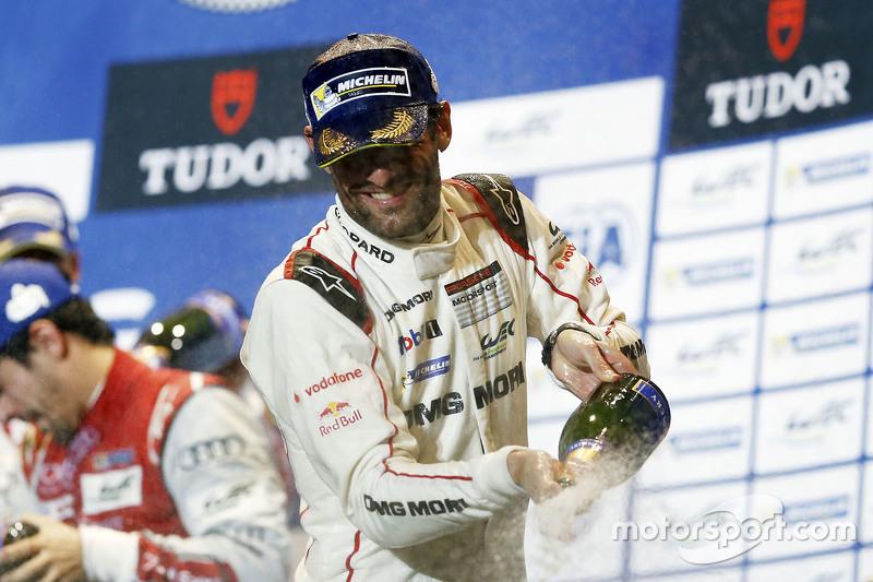 Марк Веббер, Porsche Team святкує свою перемогу на подіумі