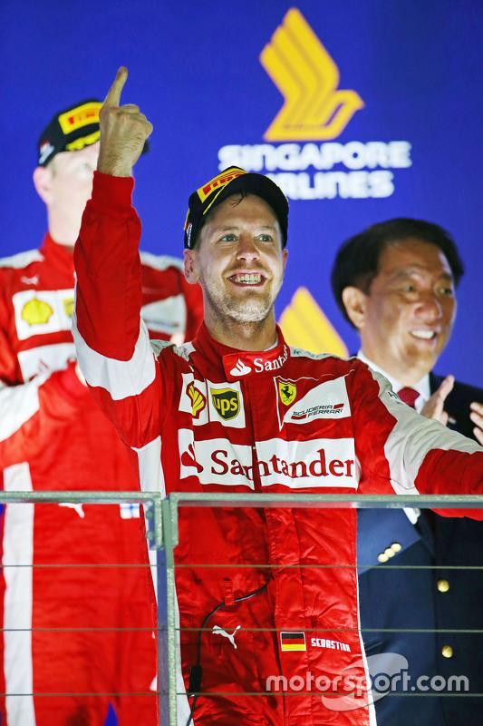 Race winnaar Sebastian Vettel, Ferrari viert op het podium