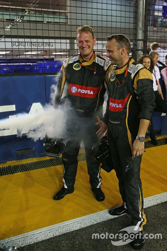 Lotus F1 Team monteurs met droogijs op de grid