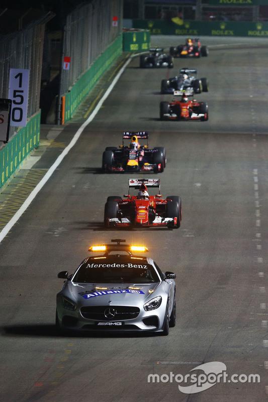 Sebastian Vettel, Ferrari SF15-T achter de Safety Car