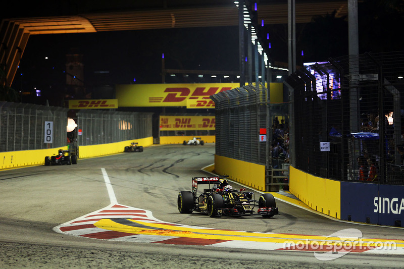 Romain Grosjean, Lotus F1 E23 pulls into the pits