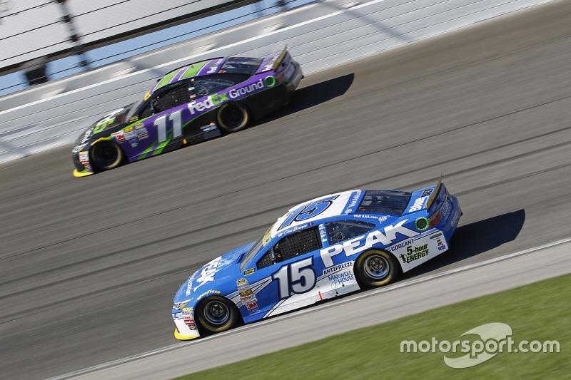 Clint Bowyer, Michael Waltrip Racing Toyota; Denny Hamlin, Joe Gibbs Racing Toyota