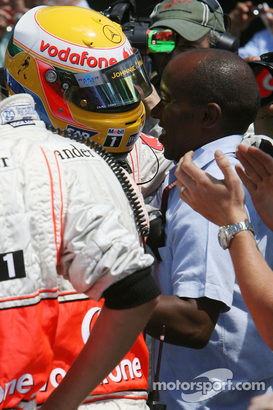 Ganador de la Pole Position, Lewis Hamilton, McLaren Mercedes, MP4-22 con Anthony Hamilton, padre de Lewis Hamilton