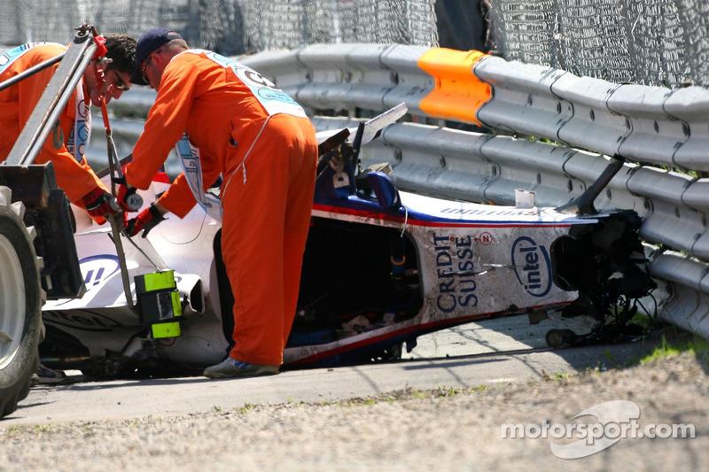 Тем временем маршалы убирали с трассы то, что осталось от машины Роберта.