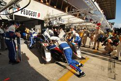 Trouble for the #8 Team Peugeot Total Peugeot 908: Pedro Lamy, Stéphane Sarrazin, Sébastien Bourdais
