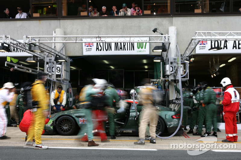 2007 год. Экипаж Томаша Энге, Петера Кокса и Джонни Херберта, Aston Martin DBR9