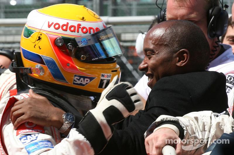 Pole: 3.Lewis Hamilton, McLaren Mercedes, MP4-22, kutlama yapıyor ve babası, Anthony Hamilton