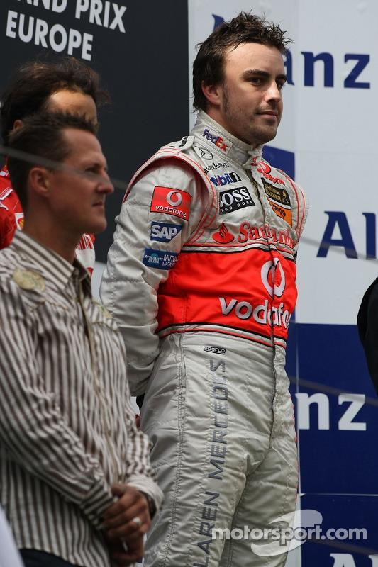 1. Fernando Alonso, McLaren, mit Michael Schumacher