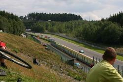 A fan watches #1 Vitaphone Racing Team Maserati MC 12 GT1: Eric van de Poele, Michael Bartels, Thomas Biagi, Pedro Lamy