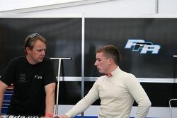 Antony Hieatt (Team Manager of Raikkonen Robertson Racing) talks tactics with Alistair Jackson