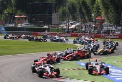 Start, Fernando Alonso, McLaren Mercedes, MP4-22 leads Lewis Hamilton, McLaren Mercedes, MP4-22, Felipe Massa, Scuderia Ferrari, F2007 and Kimi Raikkonen, Scuderia Ferrari, F2007