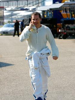 Jacques Villeneuve se promène dans la zone de garage