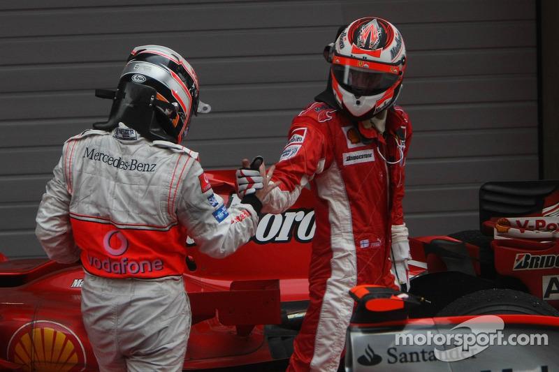 Segundo lugar Fernando Alonso, McLaren Mercedes y el primer lugar Kimi Raikkonen, Scuderia Ferrari