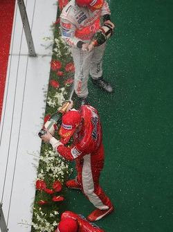 El segundo lugar Fernando Alonso, McLaren Mercedes y el primer lugar Kimi Raikkonen, Scuderia Ferrari