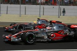 Partenza: Fernando Alonso, McLaren Mercedes, MP4-22 e Lewis Hamilton, McLaren Mercedes, MP4-22