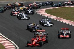 Salida: Felipe Massa, Scuderia Ferrari, F2007, Kimi Raikkonen, Scuderia Ferrari, F2007 y Lewis Hamilton, McLaren Mercedes, MP4-22, Fernando Alonso, McLaren Mercedes, MP4-22