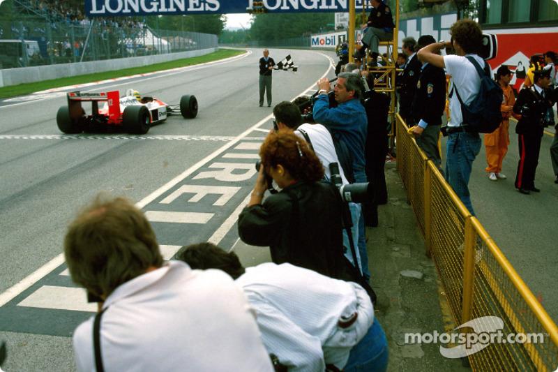 8. La victoria más dominante de McLaren en 1988 fue en el GP de San Marino. Senna ganó con Prost en segundo lugar. Todos los demás que acabaron, incluido Nelson Piquet (que también llevaba motor Honda en su Lotus), fueron doblados.