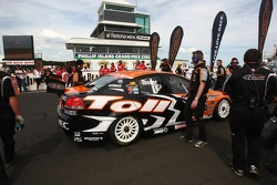 Garth Tander on the grid for the final race of 2007 (Toll HSV Dealer Team Commodore VE)
